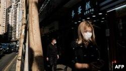 香港行人帶著口罩以預防新冠病毒。 (2020年4月16日)