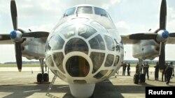 ເຮືອບິນ Antonov-30B ຂອງຣັດເຊຍ ຈອດຢູ່ທີິ່ທາງແລ່ນ ຢູ່ສະໜາມບິນທະຫານ Melsbroek ເມື່ອວັນທີ 13 ສິງຫາ 2002. ຄະນະທູດທະຫານຣັດເຊຍ ເດີນທາງໄປແບລຈ້ຽມ ເພື່ອສັງເກດການ ກ່ຽວກັບການບິນຜ່ານ ພາຍໃຕ້ສົນທິສັນຍາ 'ເປີດກວ້າງເຂດນ່ານຟ້າ'.