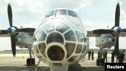 ဘယ္လ္ဂ်ီယံႏုိင္ငံ စစ္ဘက္ေလဆိပ္တခုမွာ ရပ္နားထားတဲ့ ႐ုရွား Antonov-30B ေလယာဥ္တစီး။ (ၾသဂုတ္ ၁၃၊ ၂၀၀၂)