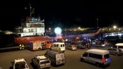 2014-12-31 美國之音視頻新聞: 被遺棄的移民船停靠意大利港口