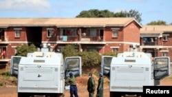 Abaporisi bariko barakizura mu misi 21 igihugu carimwo ca guma mu rugo i Harare, Zimbabwe, kw'itariki ya 3/04/2020.