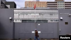 一名男子走过中国驻澳大利亚悉尼领事馆的正门。(2015年7月23日)