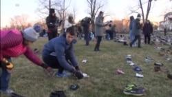 活动人士以千双鞋子纪念死于枪支暴力的儿童