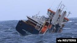 """Kapal Kargo Belanda """"Eemslift Hendrika"""" terombang-ambing di Laut Norwegia karena kerusakan mesin, Selasa (6/4)."""