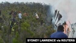 Gambar di sosial media ini melaporkan kebakaran hutan di jalur pendakian Horombo dan Mandara di Gunung Kilimanjaro, Tanzania, 12 Oktober 2020. (Sydney Lawrence/College of African Wildlife Management, Mweka/via Reuters)