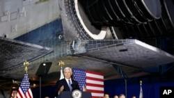 "Wakil Presiden AS Mike Pence berbicara dalam pertemuan Dewan Antariksa Nasional yang digelar di bawah pesawat ulang alik ""Discovery"" di Museum NASA, Chantilly, Va., 20 Agustus 2019."
