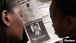 Одна из африканских газет с фотографией Фелисьена Кабуги, разыскиваемого по обвинению в причастности к геноциду в Руанде (архивное фото)