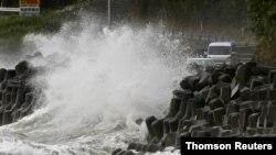 6일 일본 가고시마현 해안에 태풍 하이선의 영향으로 높은 파도가 일고 있다.