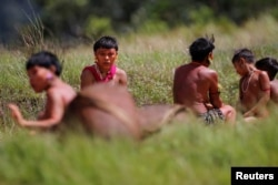 Indígenas de la etnia Yanomami son vistos, en medio de la propagación de la pandemia de COVID-19, en el 4to Pelotón Fronterizo Especial Surucucu del ejército brasileño en el municipio de Alto Alegre, estado de Roraima, Brasil 1 de julio de 2020.