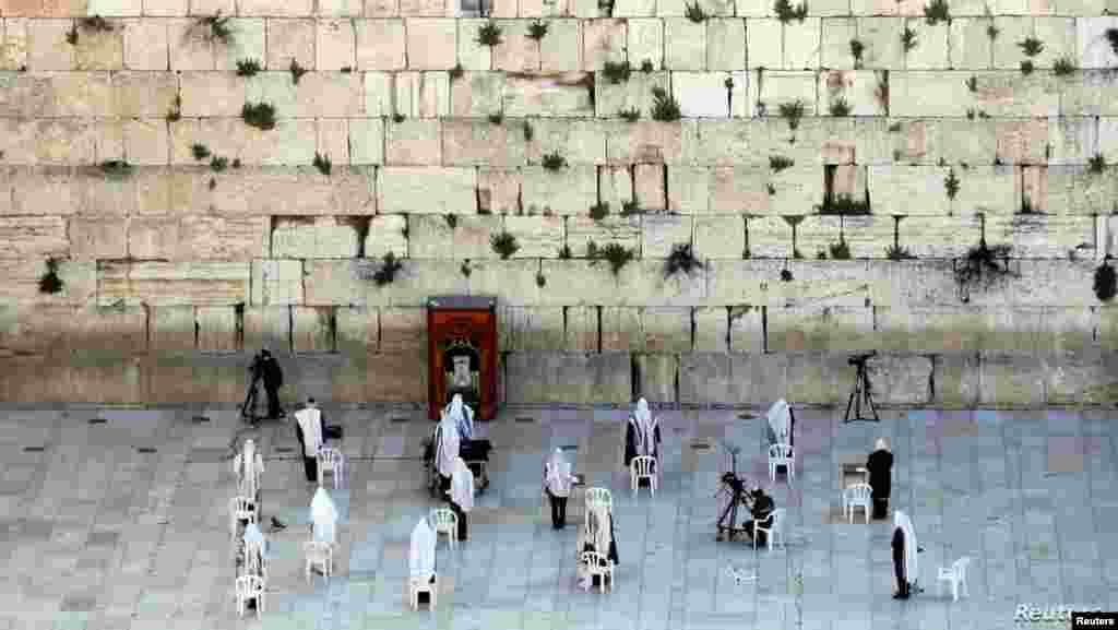 이스라엘 예루살렘 올드시티에서 유월절 (패스오버: 유대인들이 이집트 신왕국의 노예 생활로부터 탈출한 사건을 기념하는 날)을 맞아 유대교 신자들이 기도를 하고 있다.