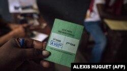 Moponi moko alakisi carte na ye nsima na kopona na Brazzaville. 21 mars 2021.