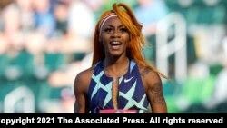 Sur cette photo du 19 juin 2021, Sha'Carri Richardson célèbre sa victoire après avoir remporté la première manche de la demi-finale du 100 mètres féminin lors des essais olympiques d'athlétisme des États-Unis à Eugene, Oregon, États-Unis.