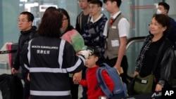 港府提升应对神秘肺炎的级别,2020年1月4日在香港机场检测旅客体温。