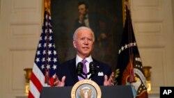 拜登總統在白宮國宴廳發表講話。(2021年1月26日)