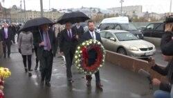 Джон Болтон поклав квіти на місці вбивства Бориса Нємцова. Відео