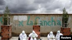 Los trabajadores de la salud ordenan sus informes, en medio del rebrote de COVID-19 en El Alto, Bolivia, el 16 de enero de 2021.