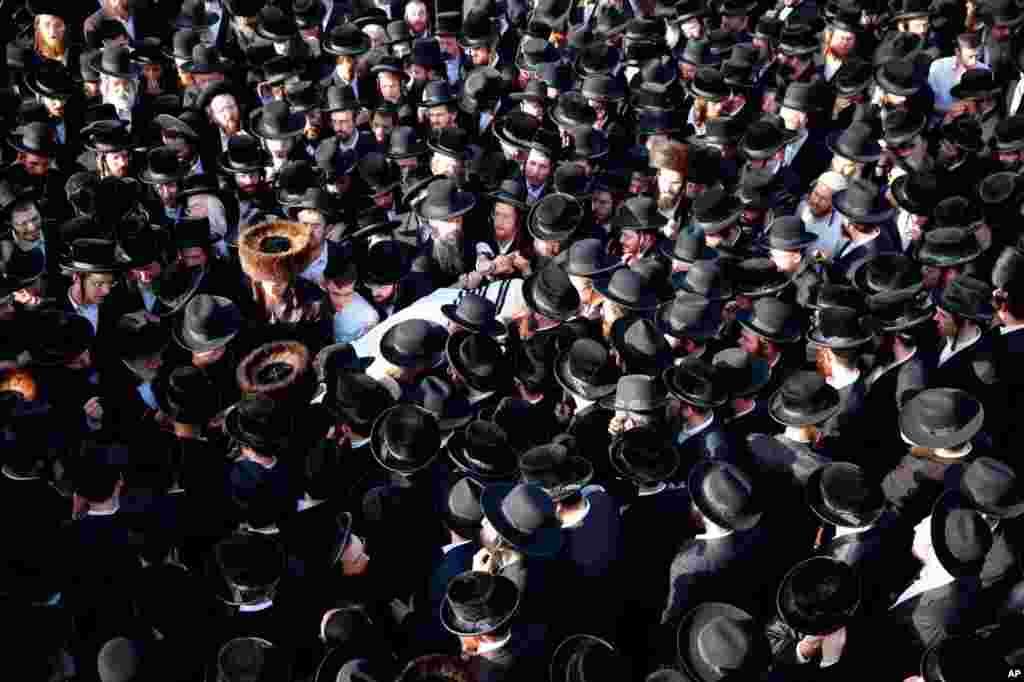 مراسم تشییع جنازه خواننده کانادایی در اورشلیم. او یکی از دها نفری بود که در حاشیه یک مراسم مذهبی در کوه مرون جان خود را از دست داد. .