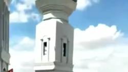 清真寺前聚集的大批回族穆斯林