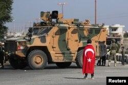 Türkiyə bayrağına sarınmış oğlan Suriyada türk qüvvələrini qarşılayır. Tal Abyad, Suriya, 23 oktyabr, 2019.