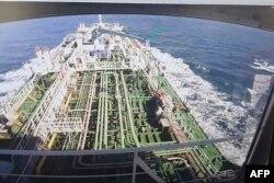 Rekaman CCTV kapal Hankuk Chemi menampilkan perahu Pengawal Revolusi Iran (dalam lingkaran merah) saat ditayangkan di layar perusahaan pemilik kapal tanker DM Shipping, di Busan, 4 Januari 2021. (Foto: YONHAP / AFP)