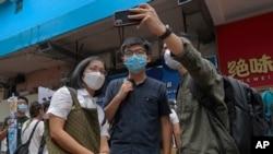 Aktivisti Joshua Wong ndalet për një foto me mbështetësit
