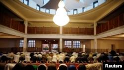 프랑스 프레쥐스의 이슬람 사원에서 신도들이 기도하고 있다.