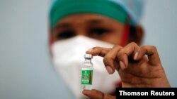 Vaccine AstraZeneca chống COVID-19 được bào chế tại Viện Huyết tương Ấn Độ, ở Mumbai.
