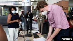 Prisila Benet, prva osoba u Filadelfiji koja je rano glasala na izborima 2020, na biračkom mestu na kampusu Univerziteta Templ u Filadelfiji.