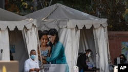 지난 28일 미국 캘리포이나 로스앤젤레스의 아동병원 앞에 신종 코로나바이러스 백신 접종 센터가 설치됐다.