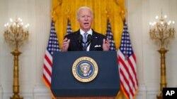 صدر بائیڈن وائٹ ہاوس کے ایسٹ روم سے قوم سے خطاب کر رہے ہیں (اے پی)