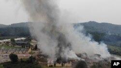Asap mengepul dari pabrik kembang api di luar kota Hendek, provinsi Sakarya, barat laut Turki, 3 Juli 2020. (Foto: dok).
