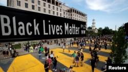 Un letrero de la calle de Black Lives Matter Plaza cerca de la Iglesia Episcopal de San Juan, mientras continúan las protestas contra la muerte bajo custodia policial de George Floyd en Minneapolis, en Washington, EE. UU., 5 de junio de 2020.