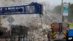 Mašine pretražuju ruševine zgrade koja se srušila 24. juna.