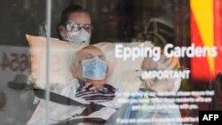 """Petugas medis memindahkan pasien dari fasilitas lansia """"Epping Garden"""" di Epping, Melbourne, ke rumah sakit di tengah pandemi Covid-19, 29 Juli 2020."""