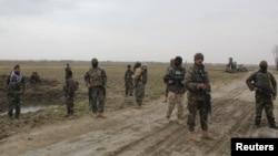 阿富汗國民軍士兵抵達前一夜塔利班與政府軍在昆都士衝突的現場。 (2020年3月4日)