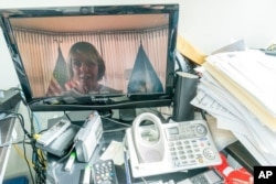 La embajadora de Estados Unidos ante Naciones Unidas, Kelly Craft, es vista en un monitor de computadora al hablar por videoconferencia ante la Asamblea General de ese organismo.