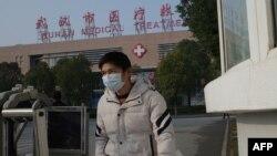一名病人離開武漢一家醫院。