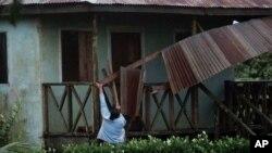 Una mujer trabaja para recuperar la parte del techo dañada por el huracán Eta en Wawa, Nicaragua, el martes 3 de noviembre de 2020.
