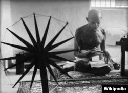 마가렛 버크 화이트가 찍은 물레를 돌리는 마하트마 간디의 모습.