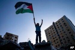 Mtoto akifurahia kusitishwa mapigano katika Ukanda wa Gaza