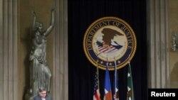 La inciativa del Departamento de Justicia de crear un nuevo sitio en internet, permitirá a los denunciantes tramitar quejas en línea. En la imagen, el secretario de Justicia, William Barr, en Washington, el 3 de diciembre de 2019.
