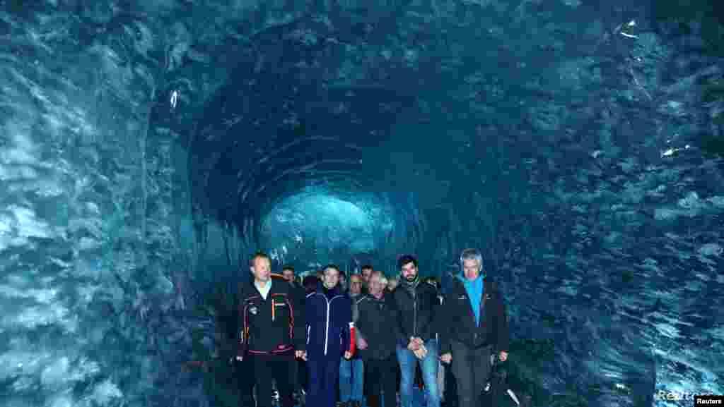 에마뉘엘 마크롱 프랑스 대통령이 몽블랑 CEO 마티외 데차반네와 빙하학자 루크 모로와 함께 프랑스 남부 샤모니에 위치한 국내 최대 빙하인 '메흐 드 글라쓰(Mer de Glace)'를 방문했다.