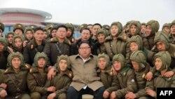 Fotografija koju je objavila sjevernokorejska zvanična agencija KCNA 18. novembra 2019, na kojoj severnokorejski lidr Kim Jong Un pozira sa pilotima Korejske narodne armije.