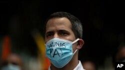 El líder opositor venezolano Juan Guaidó asiste a un mitin de manifestantes exigiendo una distribución más equitativa y rápida de las vacunas COVID-19, en Caracas, el 17 de abril de 2021.