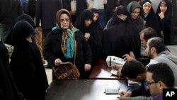 تہران میں ووٹنگ میں حصہ لینے والوں کی لمبی قطاریں۔