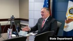 마이크 폼페오 미 국무장관이 15일 워싱턴의 민간단체 '애틀랜틱카운슬'과 온라인 대담을 하고 있다.