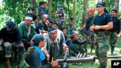 Juru bicara Abu Sayyaf Abu Sabaya, kanan depan, terlihat bersama kelompok ekstremis bersenjatanya. (Foto: AP)