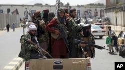 مسلح طالبان کابل کی سڑکوں پر گشت کر رہے ہیں۔ 19 اگست 2021