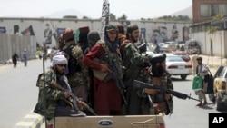 塔利班士兵在喀布爾街頭巡邏。 (2021年8月19日)