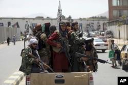 Taliban sedang berpatroli di Kabul, Afghanistan, 19 Agustus 2021. (Foto: AP)